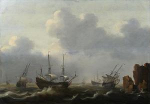 Hollandse schepen voor een rotsachtige kust