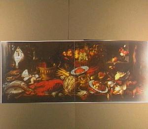 Stilleven van vruchten, groenten, vis en jachtbuit op een houten tafel