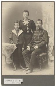 Portret van Johan Bernard In'tveld (1868-1947), Odilia Amelia van Hall (1868-1932) en Alexander Felix Maurits In'tveld (1895-...)