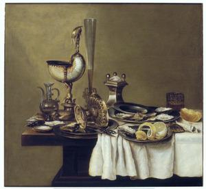 Stilleven met een nautilusbeker, een tazza en een fluitglas