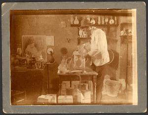 De pottenbakker B.J. Boeziek in zijn atelier
