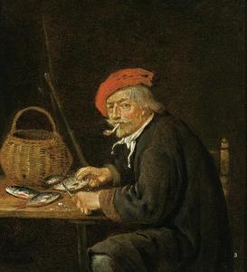 Oude man vis schoonmakend terwijl hij een pijpje rookt