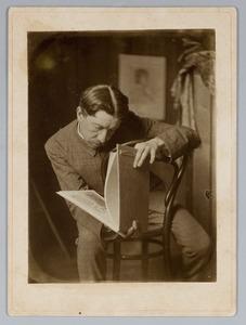 Nicolaas Bastert bekijkt een schetsboek