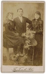 Portret van twee meisjes en een jongen
