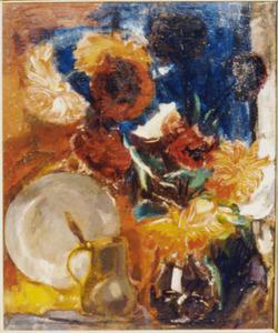 Stilleven met rode bloemen, tinnen kan en bord
