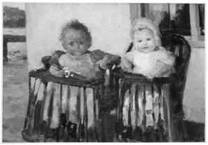 Twee kindjes in de kinderstoel op een binnenplaatsje
