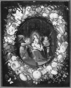 Maria met kind en musicerende engelen in een bloemkrans