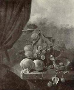 Vruchtenstilleven in en rond een mand met een vogelnest op een tafel, links een gordijn