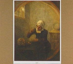 Oude vrouw weegt munten boven een tafel waarop een schedel ligt