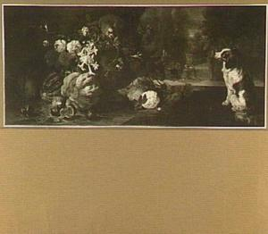 Stilleven van vruchten en bloemen bij een tuinvaas; links een papegaai en rechts een hond
