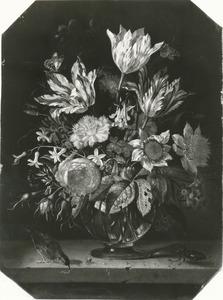 Bloemen in een glazen vaas, met een vogel en een vliegend hert, op een stenen blad