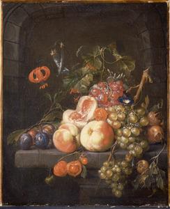 Vruchtenstilleven met enkele bloemen in een stenen nis