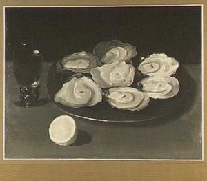 Stilleven van een roemer, een bord met oesters en een halve citroen