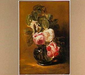 Witte en roze rozen in een glazen vaas