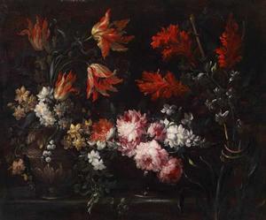 Rozen, tulpen en andere bloemen op een glazen tazza en in een vaas