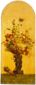 Schaal op een voet met bloemen en vruchten