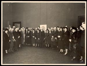 Groepsportret van Adriaan van Zeegen, F. Schmidt-Degener en anderen op de overzichtstentoonstelling van Jan Sluijters