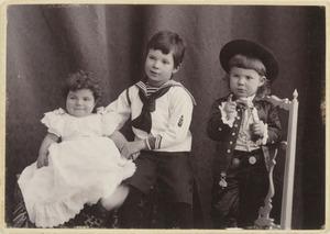 Portret van William Burdet (1894-?), Rene burdet (1897-?) en Elise Burdet (1899-?)