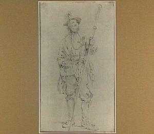 Staande man in kostuum met staf en glas