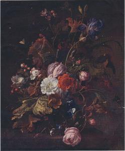 Bloemen in een glazen vaas, op een stenen tafel