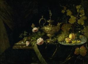 Stilleven met vergulde kan, vruchten en bloemen