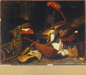 Stilleven van muziekinstrumenten, papegaai, dode pauw, dode fuut en andere voorwerpen op terras