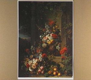 Vruchten en bloemen in een albasten vaas en een mand bij een gedenksteen