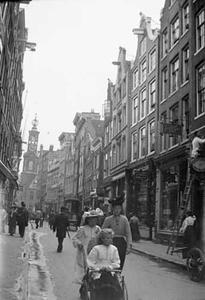Gezicht op de Kalverstraat te Amsterdam