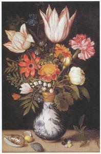 Bloemen in een Wan Li-vaas, schelpen en een driekleurig viooltje op een stenen plint