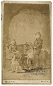 Portret van Gerard Carel Adriaan van Dorp (1873-1964) en een onbekend meisje