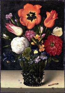Bloemen in een noppenglas en een rups, op een stenen plint