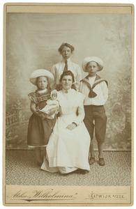 Groepsportret van twee onbekende jonge vrouwen en twee kinderen