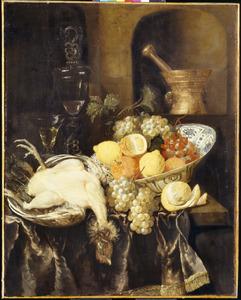 Stilleven met vruchten, een geplukte kip en een vijzel