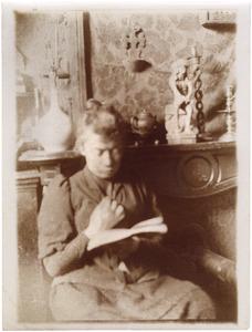 Portret van de schilderes Suze Robertson, lezend