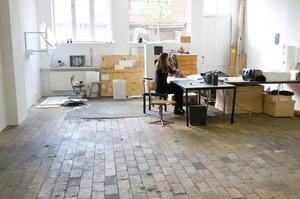 Germaine Kruip werkend in haar atelier