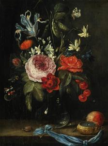 Bloemen in een glazen vaas met vlinders, insecten, vruchten en een zakhorloge op een stenen plint