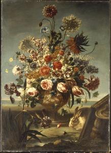 Bloemen in een vaas met relief met een konijn naast een kapiteel