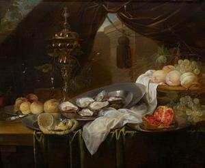 Stilleven met siervaatwerk, vruchten en oesters