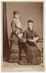 Portret van Wilhelmina Johanna Visser (1817-1906) en Johanna Wilhelmina van den Bosch (1856-1937)