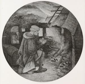 Man warmt zich aan het vuur van een brandend huis