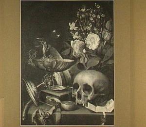Vanitasstilleven met bloemen, een schedel, een brief, een horloge, een masker en twee tazza's
