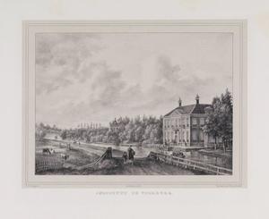 Gezicht op een rivier met rechts een kostschool