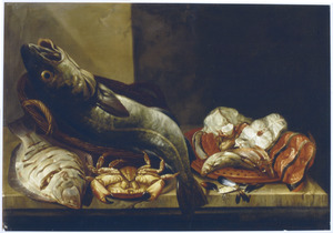 Vissen en een krab op een stenen tafel