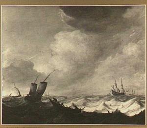 Schepen op woelig water met op de voorgrond een roeiboot