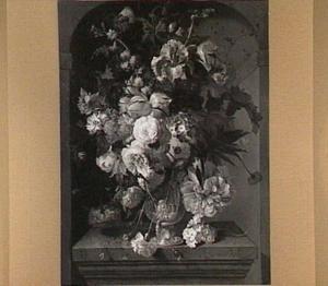 Stilleven van bloemen in een vaas op een marmeren blad in een nis