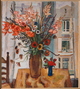 Interieur met bloemenvaas voor venster