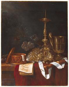 Stilleven met kandelaar, gouden schenkkan, druiventros en blokfluit