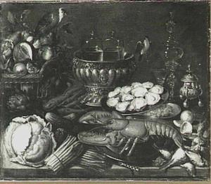 Stilleven met siervaatwerk, kreeft, oesters, garnalen, vruchten, groente en een papegaai
