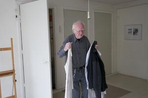 Henk Peeters werkend in zijn atelier