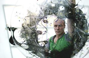 Marc Mulders, gezien door een van zijn glas objecten